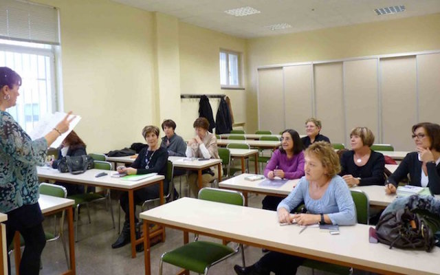 Una professora dóna classes al centre UNED de la Seu