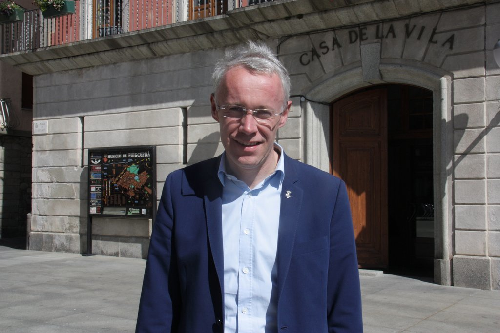 Albert Piñeira davant l'ajuntament de Puigcerdà/Albert Lijarcio
