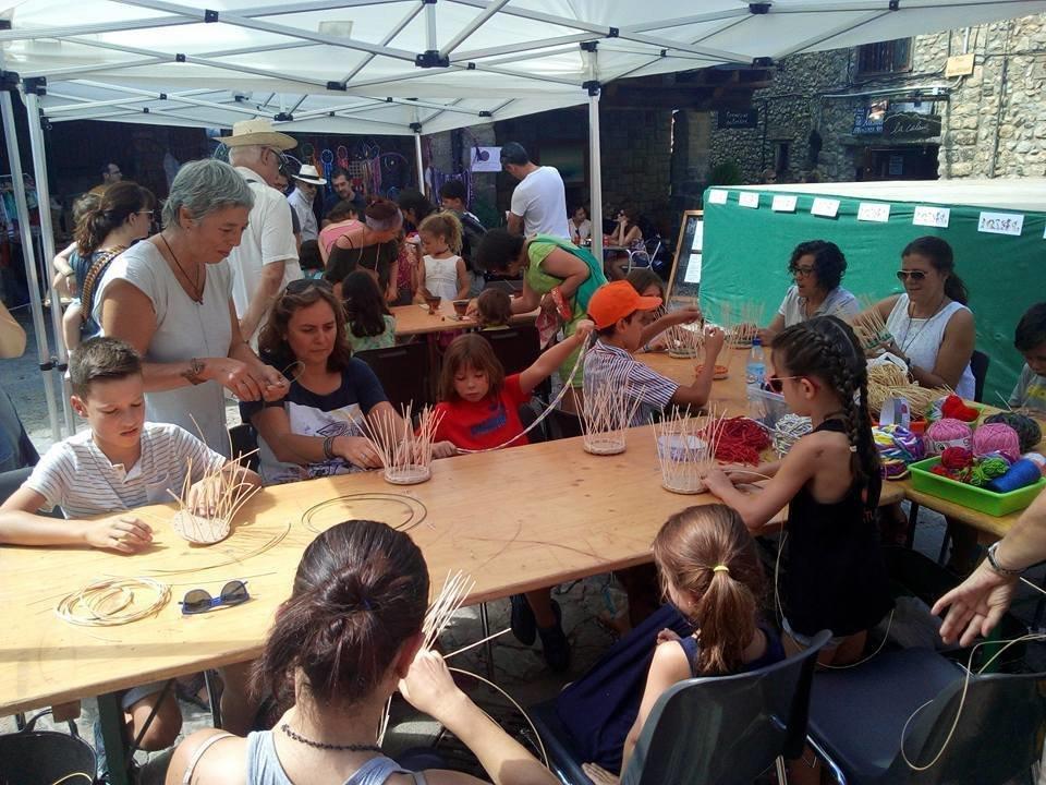 Júlia Estany ensenya l'art de la cistelleria en un taller per a mainada/Ajuntament de Bellver de Cerdanya